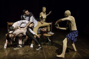 Foto tratta dallo Spettacolo Caro Fratello in cui i protagonisti ballano un'intricata coreografia