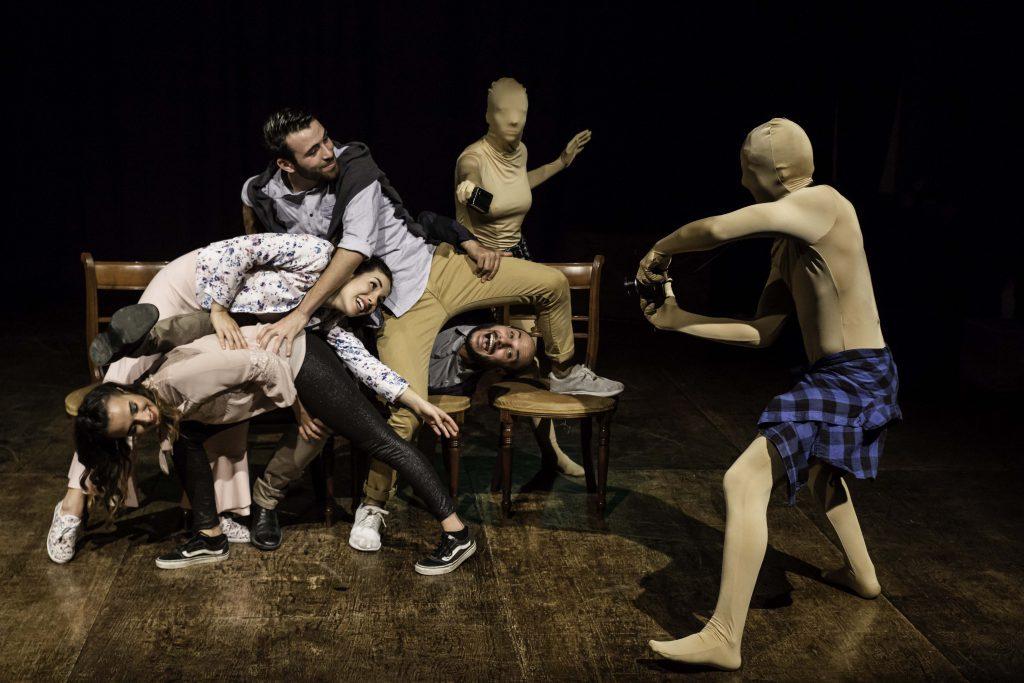 """Foto di gruppo dei personaggi dello spettacolo """"Caro Fratello"""" di Marco Ziello"""